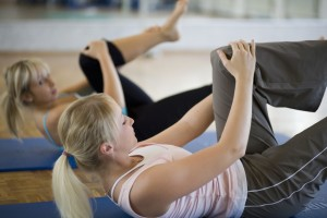 blonde women train her abdominals